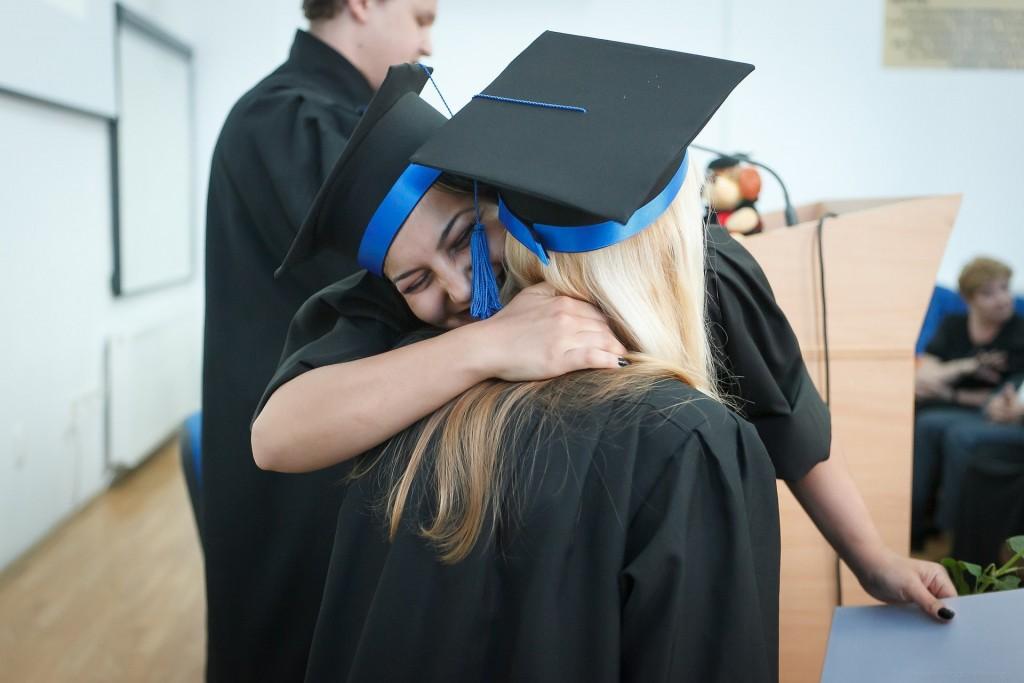 Studentinnen freuen sich über ihren Fernstudium BWL-Abschluss